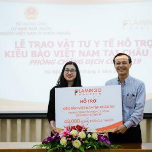 Đại diện Tập đoàn Flamingo trao tặng số khẩu trang và dược phẩm cho đại diện Ủy ban Nhà nước về người Việt ở nước ngoài.